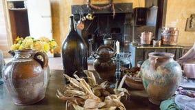 粗陶器在Château的Courmatin厨房里在法国 库存图片