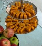 粗面粉点心和苹果在玻璃桌上 图库摄影