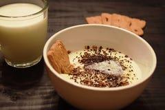 粗面粉点心用在碗供食的牛奶 免版税库存照片