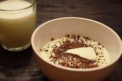 粗面粉点心用在碗供食的牛奶 库存图片