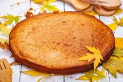 粗面粉蛋糕或精神食粮饼用核桃和葡萄干在木土气桌上 免版税库存图片