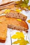 粗面粉蛋糕或精神食粮饼用核桃和葡萄干在木土气桌上 库存图片