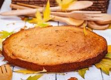 粗面粉蛋糕或精神食粮饼用核桃和葡萄干在木土气桌上 库存照片