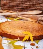 粗面粉蛋糕或精神食粮饼用核桃和葡萄干在木土气桌上 免版税库存照片
