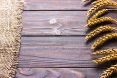 粗麻布黑森州袋装在木背景收获概念 库存图片