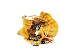 粗麻布充分大袋硬币和堆硬币来自囊 免版税库存图片