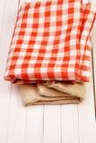 粗麻布和布料在箱子在一张白色桌上 免版税库存图片
