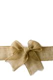 粗麻布圣诞节弓被包裹的Arounf白色背景 库存图片