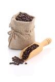 粗麻布大袋与瓢的咖啡豆 免版税库存照片