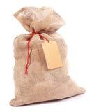 粗麻布有一个空白的标记的礼物大袋 免版税库存图片