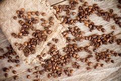 粗麻布片断用咖啡豆 免版税库存照片