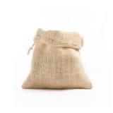 粗麻布袋子在演播室采取的白色背景的褐色茶壶 图库摄影