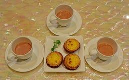 粤式点心新近地被烘烤的微型蛋酸和芬芳牛奶茶点心服务  免版税库存照片