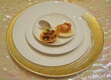 粤式点心烘干了与柚果冻的被炖的鲍鱼在瓷匙子和胡椒&蘑菇牛肉巢 免版税库存照片