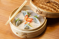 粤式点心用菠菜和豆腐乳酪在亚洲餐馆 免版税图库摄影