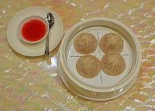 粤式点心肖长的bao或汤饺子用在边的红色醋&姜调味汁调味品 库存照片