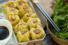 粤式点心,中国食物,汉语蒸在白色板材的饺子 免版税库存图片