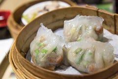 粤式点心,传统广东饺子,烹调在竹蒸汽 库存照片
