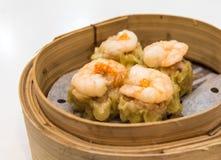 粤式点心,传统广东饺子,烹调在竹蒸汽 免版税库存照片