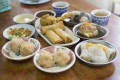 粤式点心,春卷盘和油煎的蟹腿开胃菜,蒸虾饺子 图库摄影