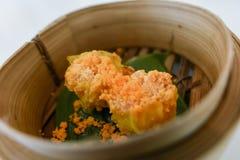 粤式点心,虾饺子,洒与虾鸡蛋 图库摄影