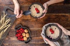 粥可口和开胃早餐用蓝莓和新鲜的莓 免版税图库摄影