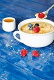 粥和莓果用蜂蜜 免版税库存照片