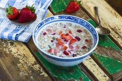粥用牛奶、南瓜和新鲜水果 库存照片