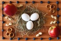 粮食构成用在干草、莓果和苹果的鸡蛋 免版税库存图片