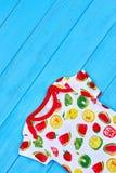 精制的设计婴孩夏天成套装备 免版税库存图片