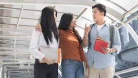 精力充沛的乐观青少年的人和女商人步行和tal 免版税图库摄影
