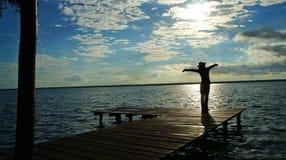 精力充沛的天在盐水湖Bacalar的早晨 库存图片