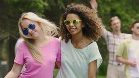精力充沛的女性夫妇跳舞,微笑为照相机,享受野餐在公园 股票录像