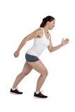 精力充沛的女运动员赛跑侧视图  免版税库存图片