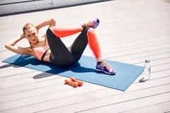 精力充沛的妇女训练腹部户外 库存图片