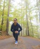 精力充沛的少妇在公园在形状做锻炼户外保留他们的身体 免版税库存图片