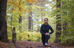 精力充沛的少妇在公园在形状做锻炼户外保留他们的身体 库存照片