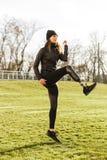 精力充沛的有残障的女运动员的图象田径服的,温暖 库存图片