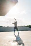 精力充沛的美国黑人的少年 女孩在街道跳舞 图库摄影