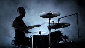精力充沛的音乐家演奏在鼓的好音乐 黑发烟性背景 侧视图 剪影 股票视频