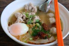 精加工白米面条明白汤用鸡蛋、鱼丸和猪肉 库存照片