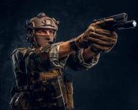 精华单位,拿着有手电的一杆枪和laims的伪装制服的特种部队战士在目标 图库摄影