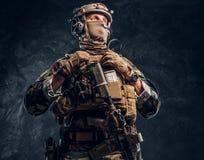 精华单位,摆在与攻击步枪的伪装制服的特种部队战士 免版税库存图片