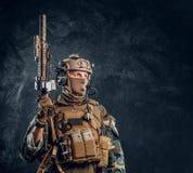 精华单位,摆在与攻击步枪的伪装制服的特种部队战士 免版税图库摄影