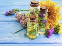 精华,奶油色化妆新鲜的芳香葡萄酒有机草本绿色的健康放松供选择的在木的健康自然花 免版税图库摄影