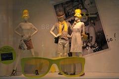 精品店与时尚时装模特的玻璃柜台在时尚商店disp 免版税库存照片