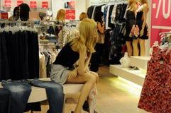 精品店显示时装模特视窗 免版税库存照片