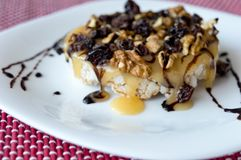 精妙的健康米饼干用用坚果和葡萄干片断装饰的蜂蜜  图库摄影