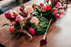 精妙的桌面桃红色插花 图库摄影
