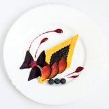 精妙的点心用莓果和果子 库存照片